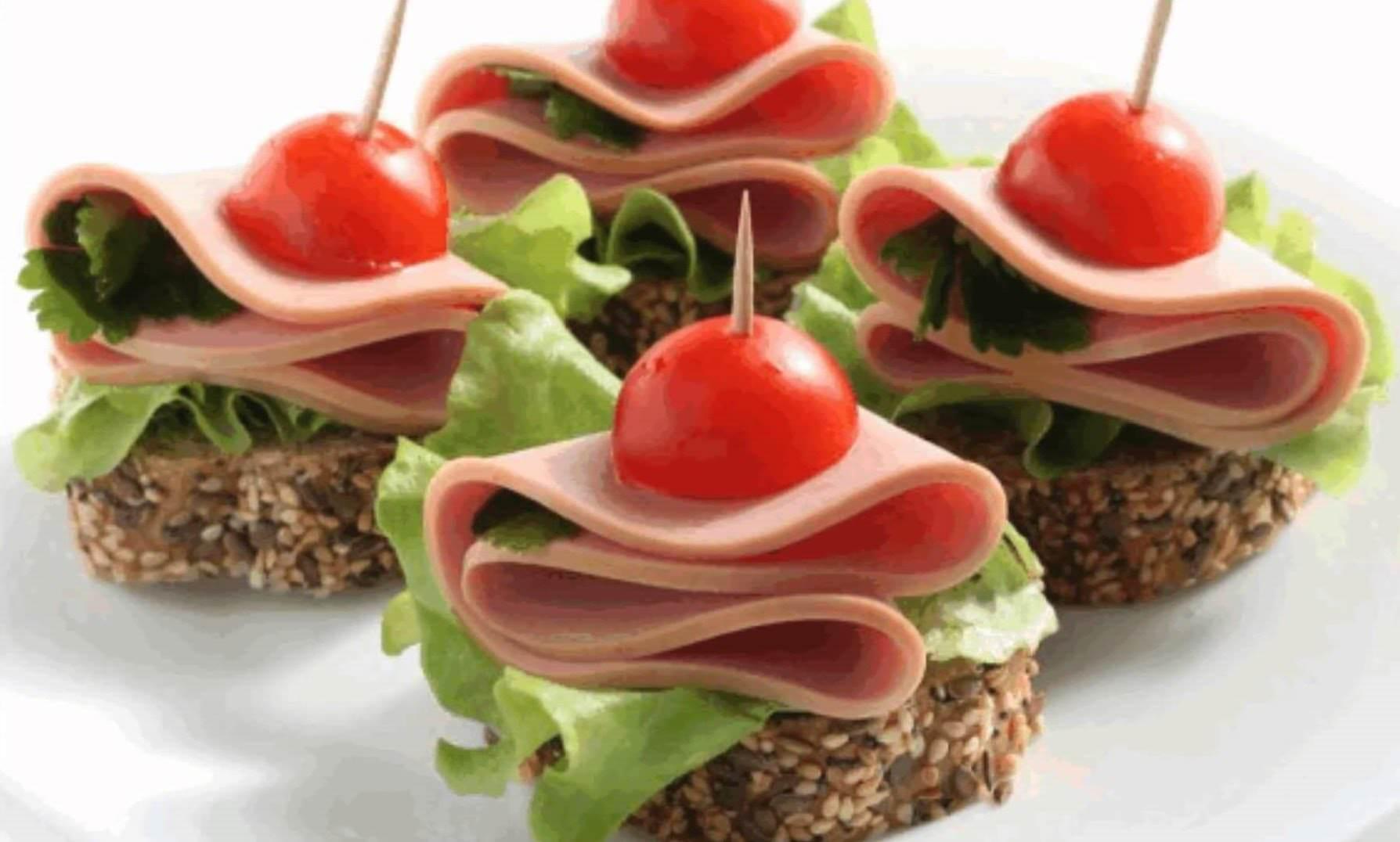 Klasik bir sandviç (jambon ve peynir ile birlikte) doyurucu bir kahvaltı için mükemmel bir seçenektir 45