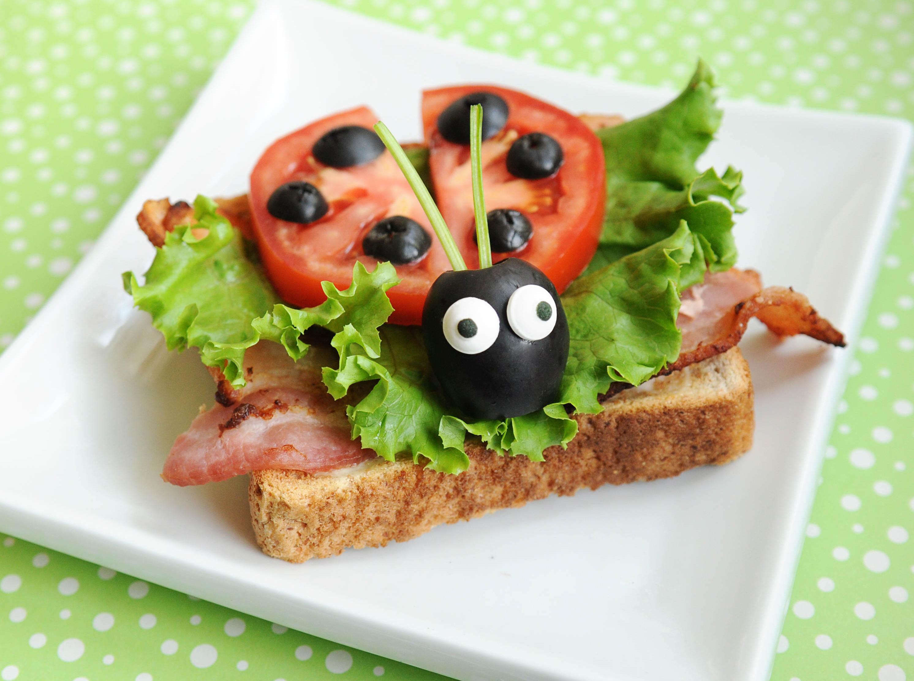 Klasik bir sandviç (jambon ve peynir ile birlikte) doyurucu bir kahvaltı için mükemmel bir seçenektir 86