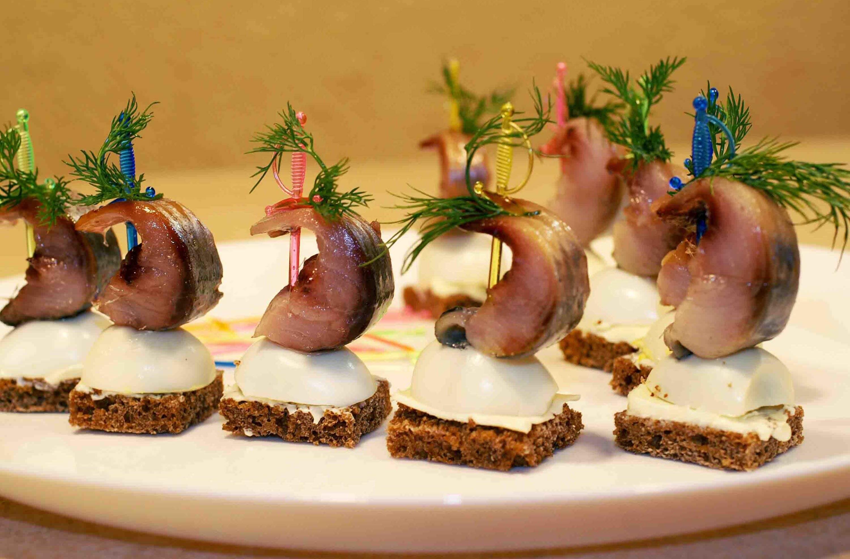 Klasik bir sandviç (jambon ve peynir ile birlikte) doyurucu bir kahvaltı için mükemmel bir seçenektir 41