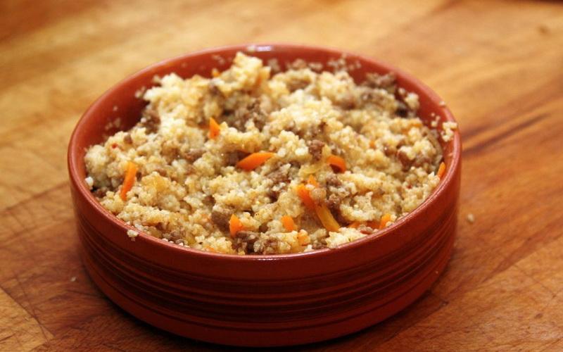 Bazı yemeklerin pişirilmesinin incelikleri: suyun üzerinde mısır püresi nasıl pişirilir