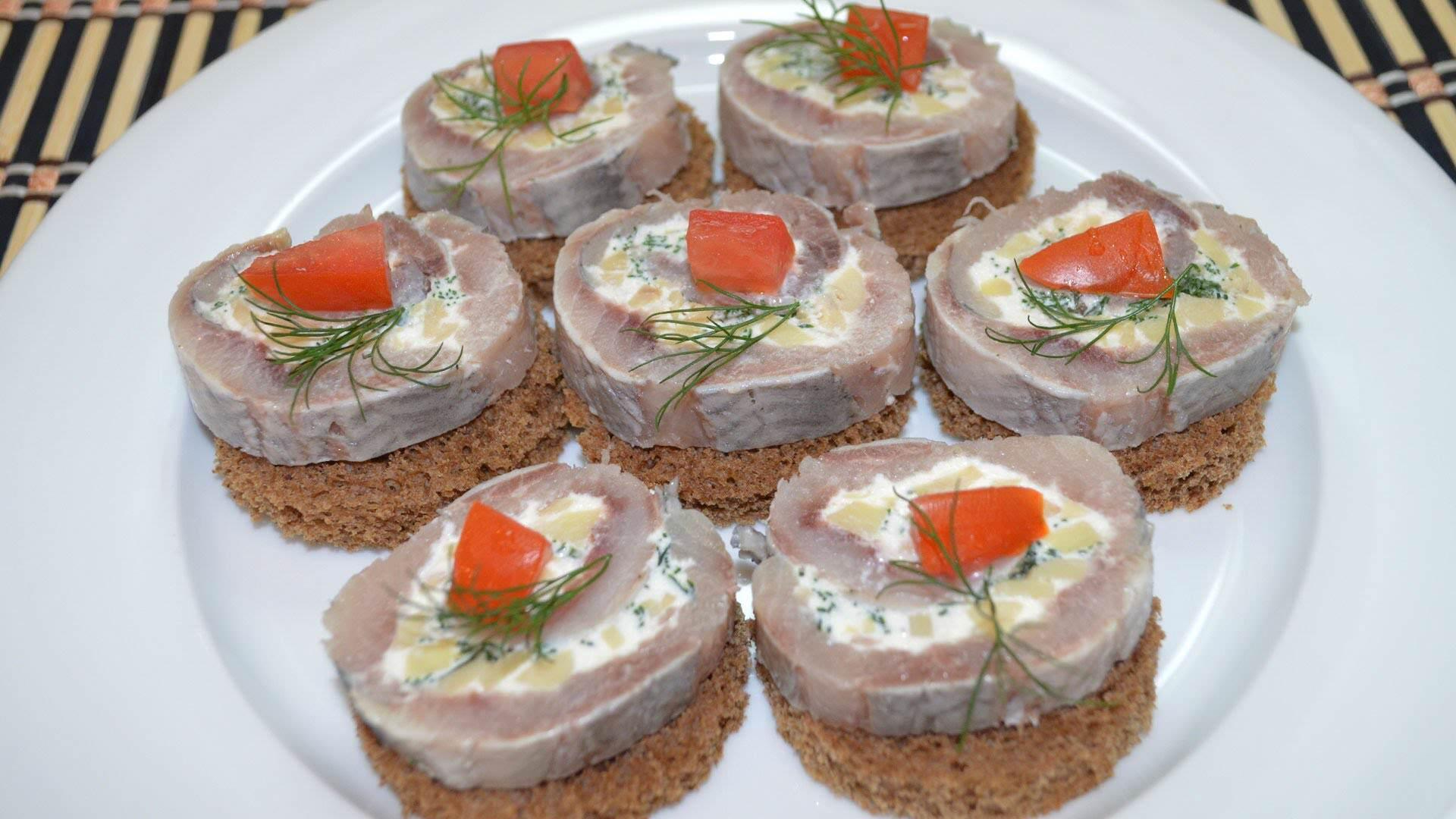 Klasik bir sandviç (jambon ve peynir ile birlikte) doyurucu bir kahvaltı için mükemmel bir seçenektir 75
