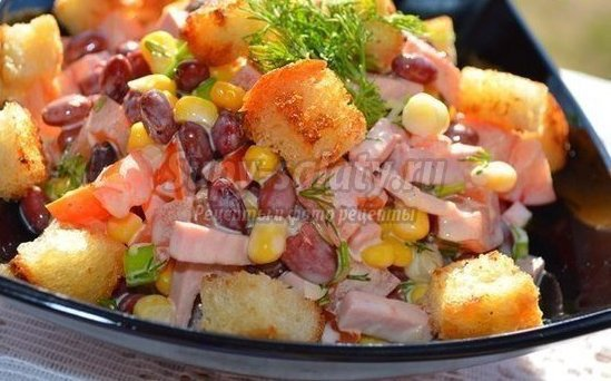Fasulye, jambon ve krutonla birlikte salata pişiriyoruz 42